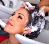 Como reduzir a frequência com que lava os cabelos?